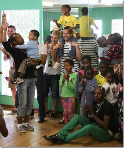 Los candidatos con los niños del orfanato Nkosi's Haven